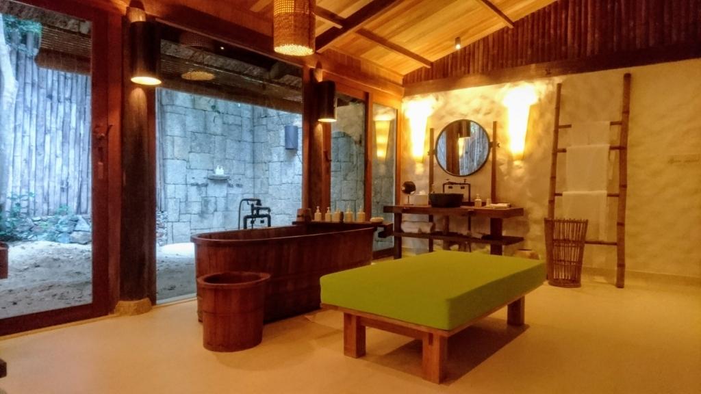 ビーチフロントプールヴィラの洗面所とシャワールーム