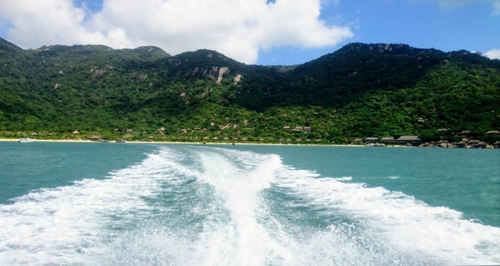 送迎ボートから見たSix Senses Ninh Van Bay