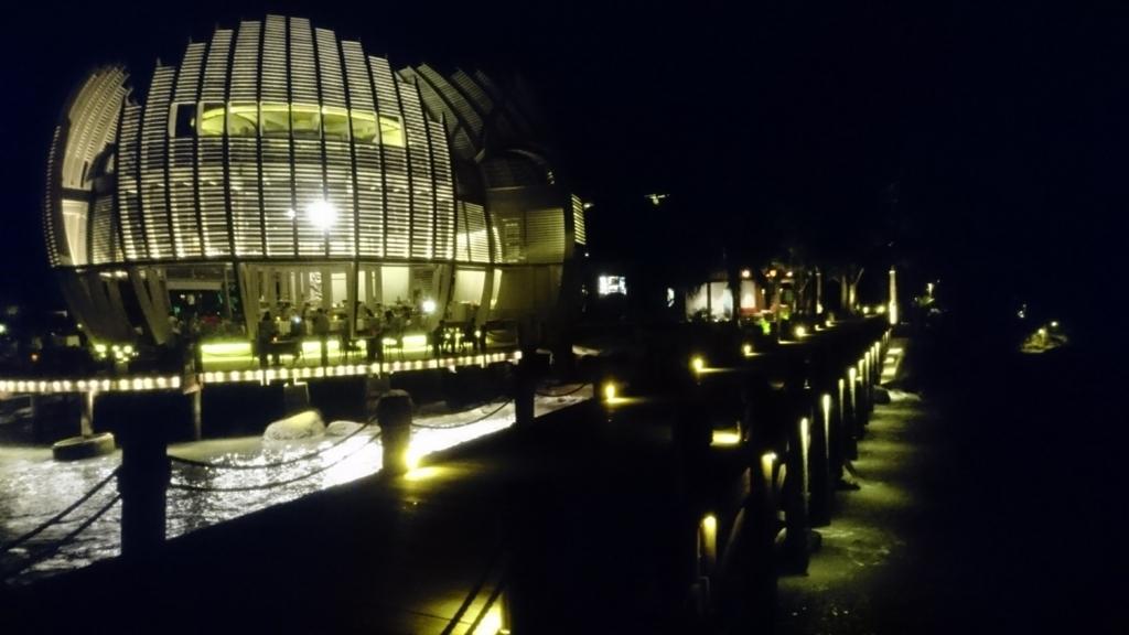 An Lam Retreat Ninh Van Bayのライトアップされた球体レストラン