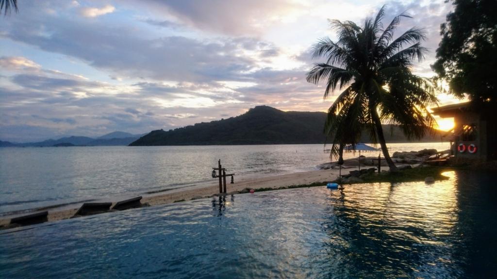 An Lam Retreat Ninh Van Bayのインフィニティプールと海の夕暮れ