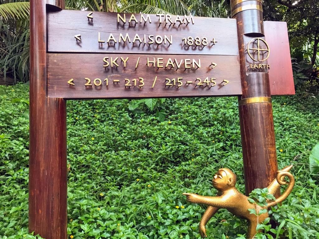 Intercontinetal Danangの案内標識とサル像