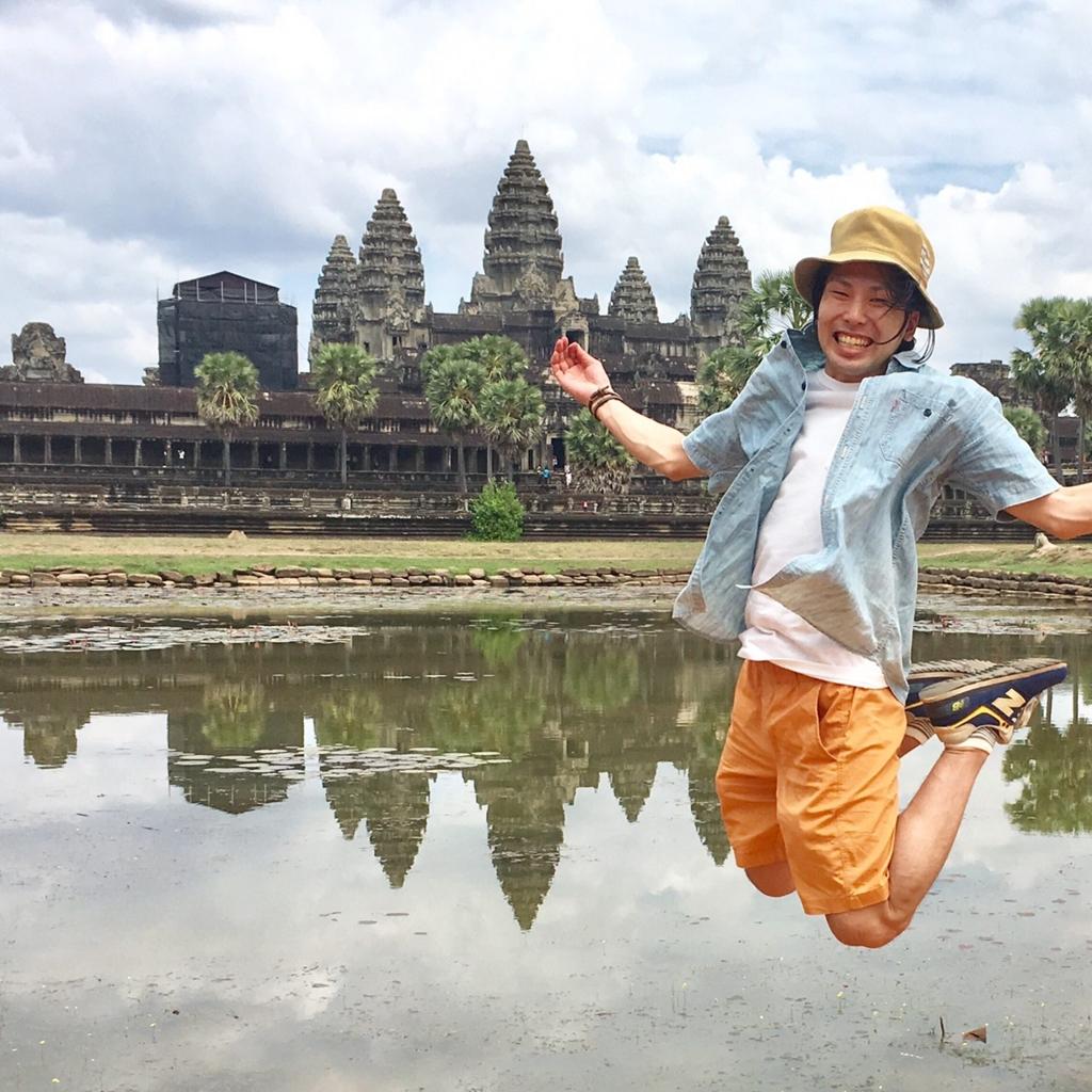 カンボジア・アンコールワットでジャンプ