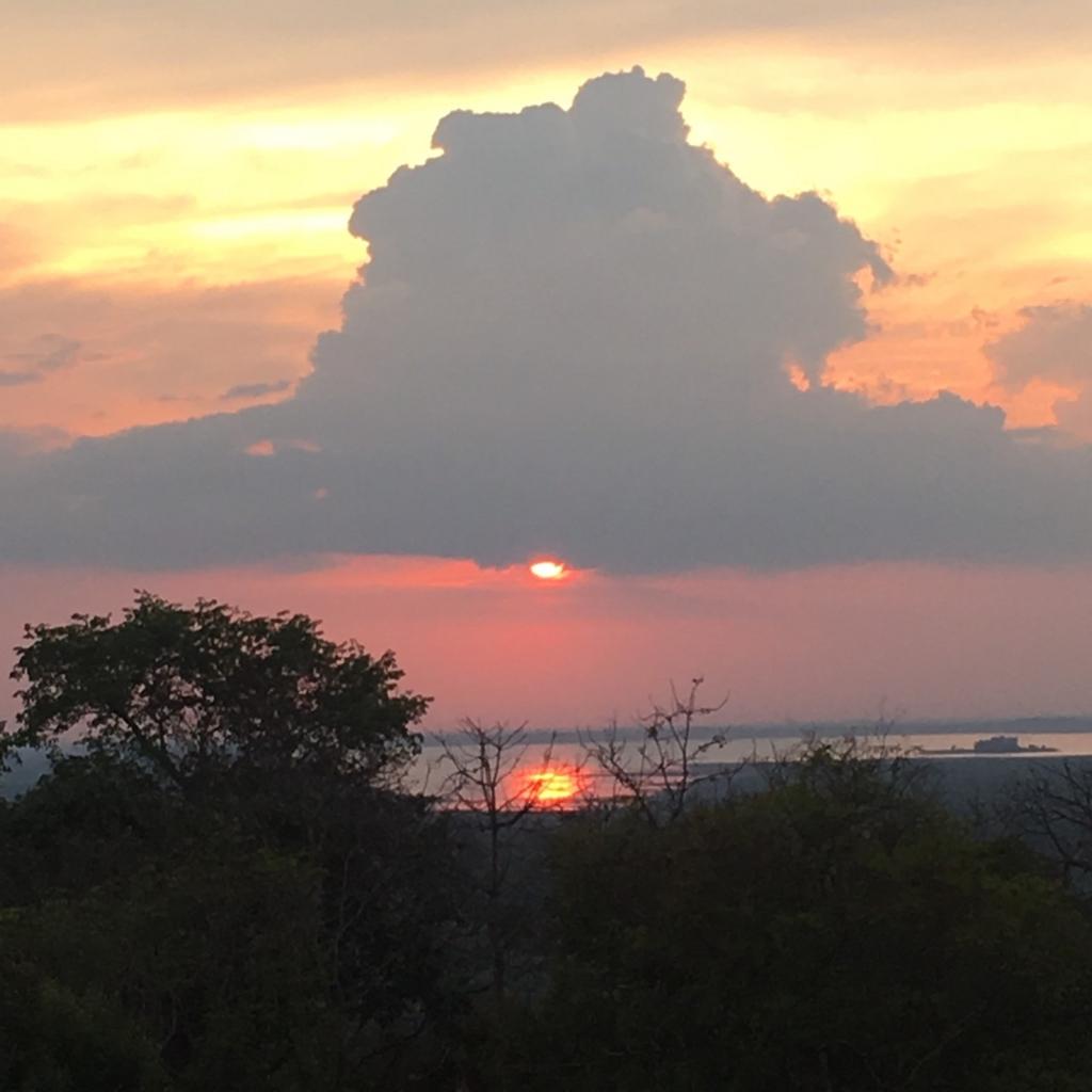 カンボジア・アンコールワット・プノンバケンからの夕日