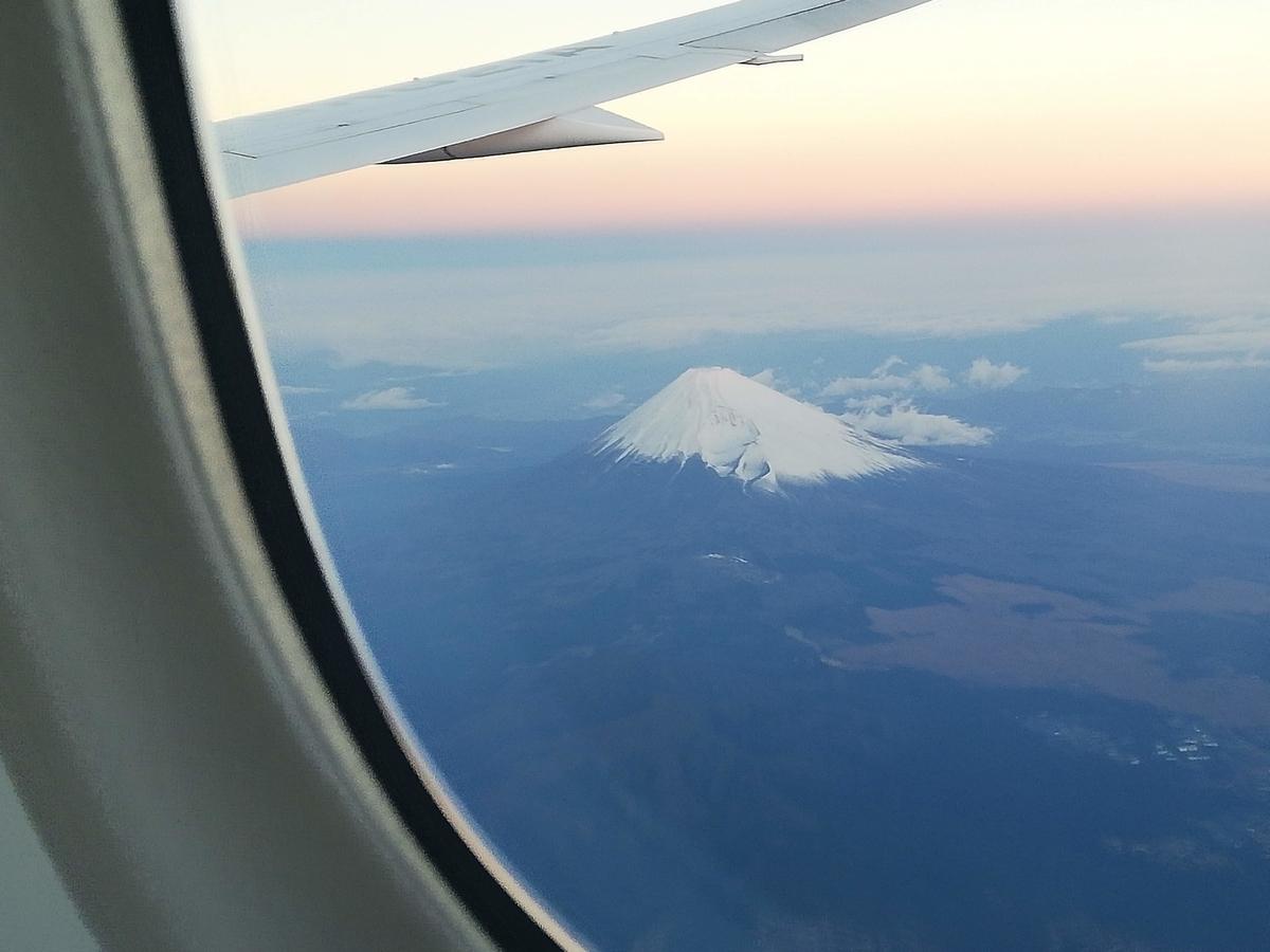 飛行機から見た朝焼けの富士山(撮影:2018年12月24日)