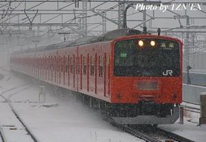 雪中を行く201系