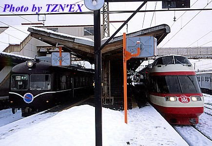 長野電鉄2000系と1000系の並び