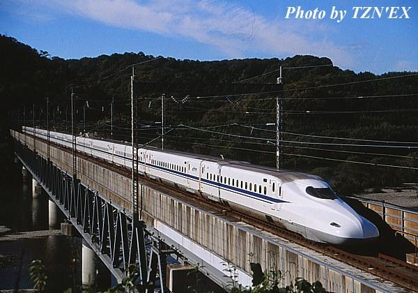高梁川橋梁を渡るN700系