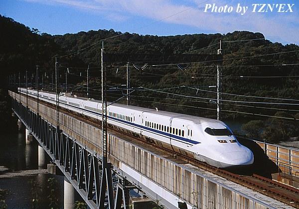 高梁川橋梁を渡る700系