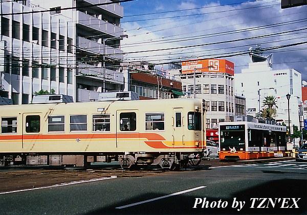 大手町での市内電車と郊外電車の交差(2100形と700系)