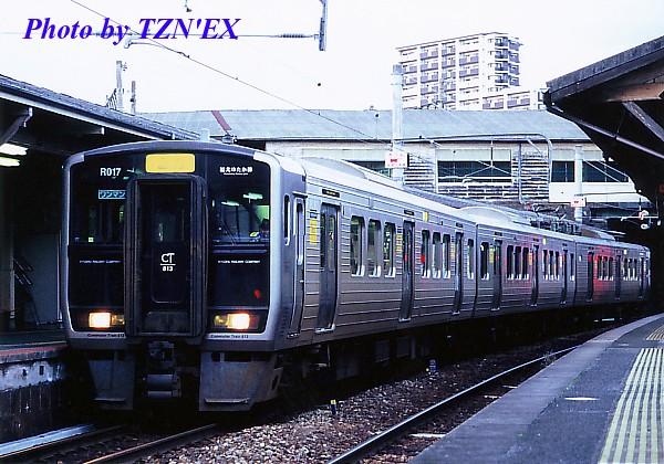 折尾駅の筑豊本線ホームで発車を待つ福北ゆたか線の813系