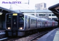 [813系]折尾駅の筑豊本線ホームで発車を待つ福北ゆたか線の813系