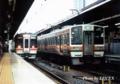キハ75系快速「みえ」(左)と213系5000番台(右)