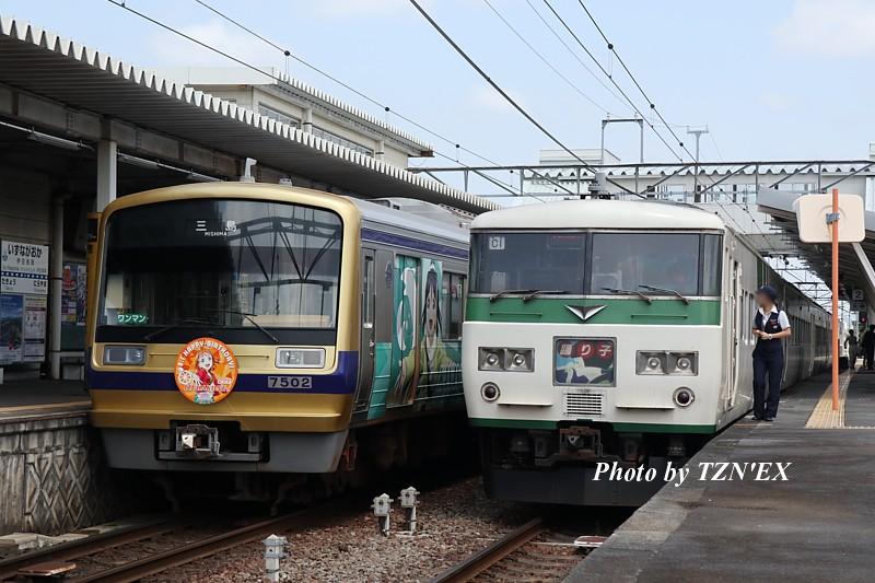 7502編成(千歌ちゃんHM)と185系特急「踊り子」