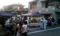 商店街の空き地を縫うように並ぶ露店と地元住民