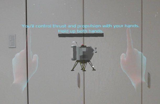 Luner Lander起動時に両手を認識させるシーン