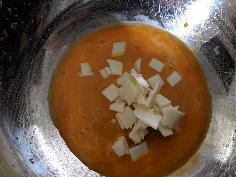 黄身とパルメザンチーズを混ぜたボールの写真
