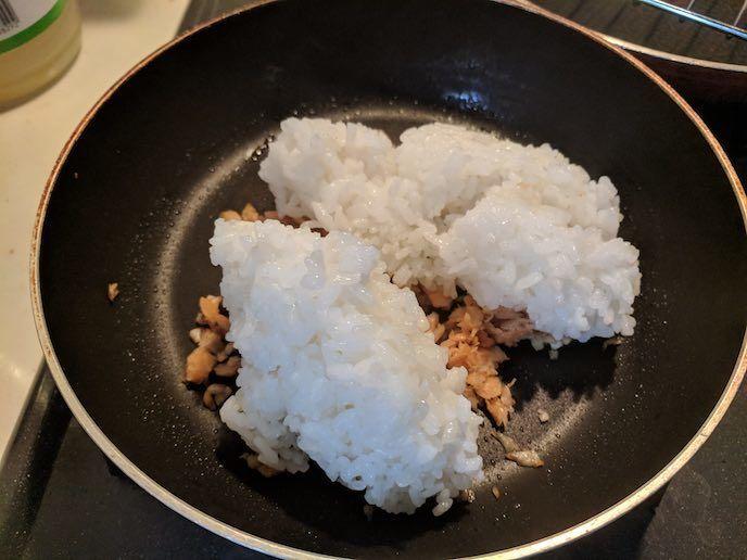 まいたけ、鮭、ご飯を炒めている写真