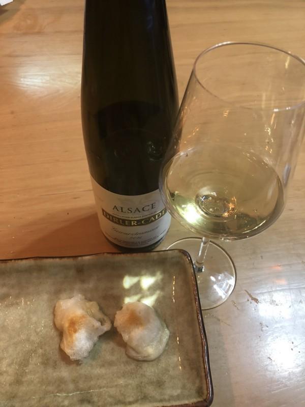 もちチーズ。お酒はアルザスのゲヴュルツトラミネール
