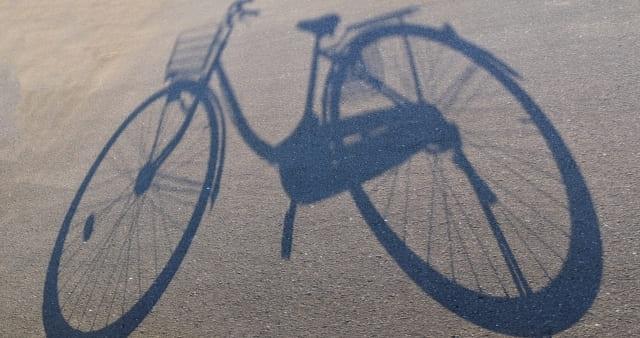 自転車の影の写真
