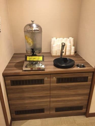 洞爺湖万世閣ホテル大浴場更衣室にあるレモン水画像