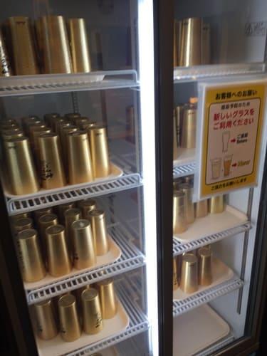 熱海金城館レストランのアルミ製コップ専用冷蔵庫の写真
