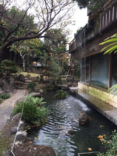 熱海金城館中庭にある滝の写真