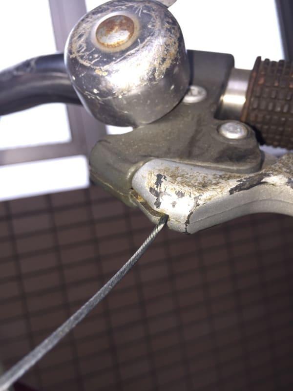 ブレーキワイヤーを溝に挿入する写真