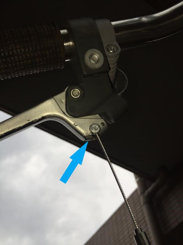 f:ブレーキレバー側にタイコを挿入する写真
