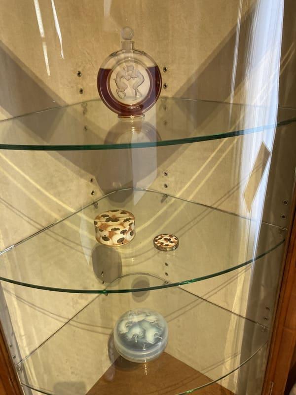 香水瓶[牧神のくちづけ] 、パウダー・ボックス、コンパクト[エアスパン]、円形蓋物[パフ]の写真
