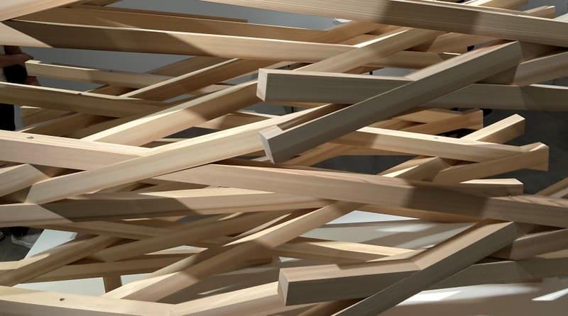 組んだ木材の写真