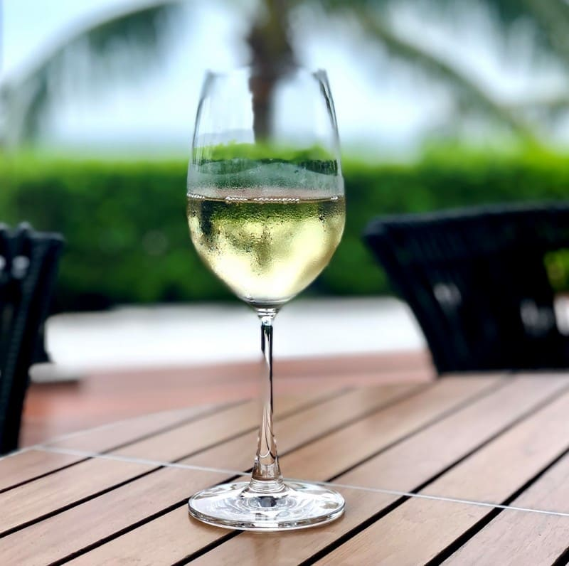 冷えたグラスワインの写真