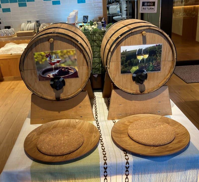 ラウンジの樽ワインの写真