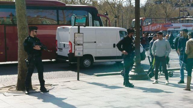 銃口を立て厳戒態勢でパリ観光経済の失速防止