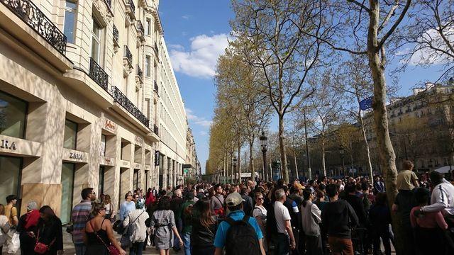 パリシャンゼリゼ通りZARA前の群衆