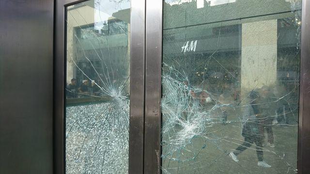 暴徒化・炎上の惨劇となったデモの爪痕(パリH&M)