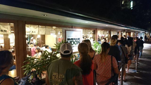 2日目の夜もハワイワイキキの丸亀製麺は行列