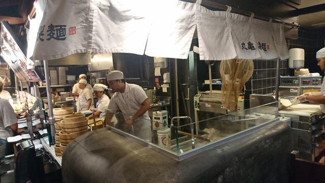 丸亀製麺・ハワイワイキキ店の様子(店内)1