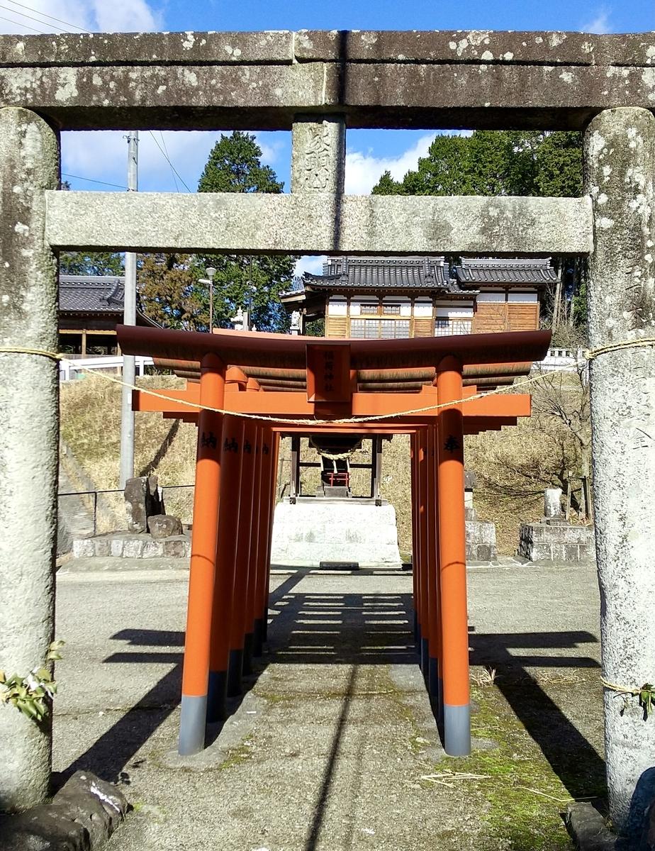 稲荷神社の正面、赤い鳥居からお社が拝見できる