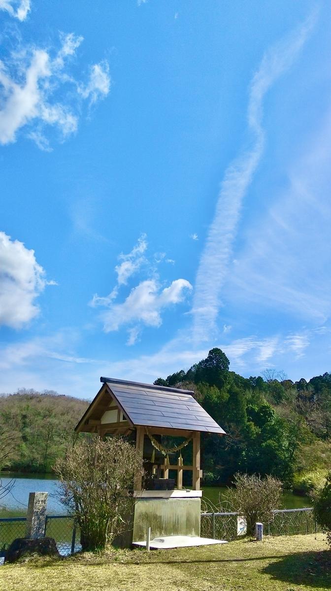 白龍王大明神と椀貸し池、お社から昇るかの様な龍神雲