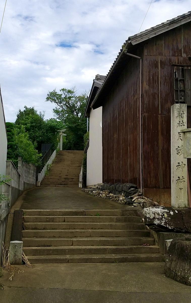 入り口…階段を登った先に鳥居が見えてきます