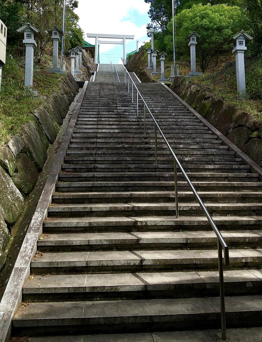 登りきった後、振り向きたくなるような急勾配な階段