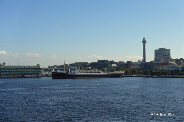 大さん橋から望む日本郵船氷川丸と横浜マリンタワー