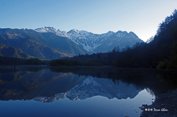 大正池に映る朝の穂高連峰