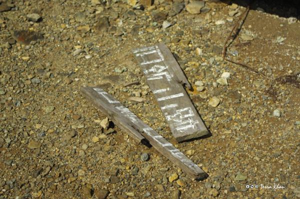 割れた「鉱山跡」道標
