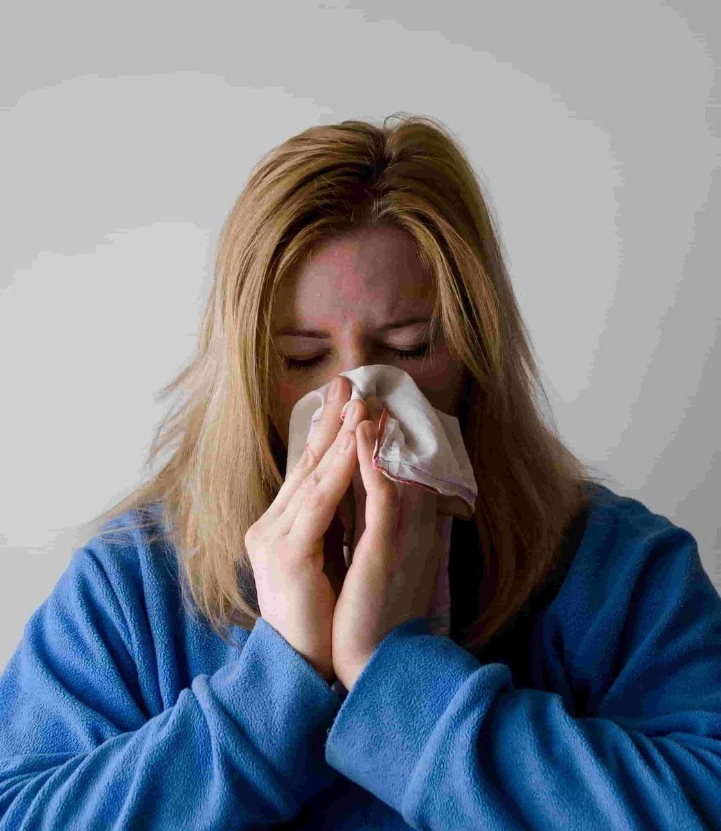 砂糖による免疫低下により風邪をひいた女性
