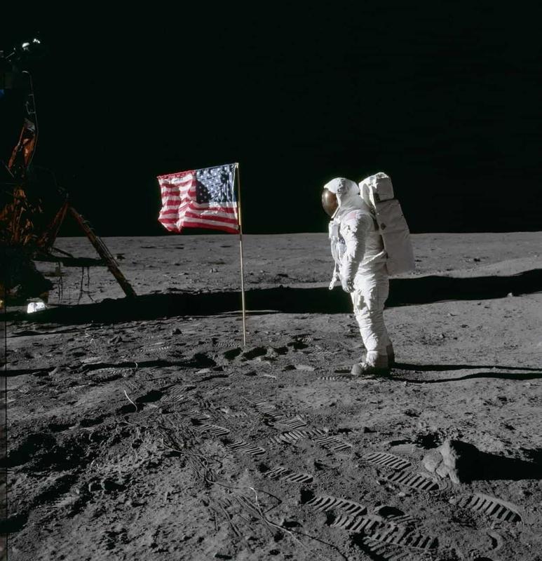 アポロ計画で月面着陸した宇宙飛行士と星条旗