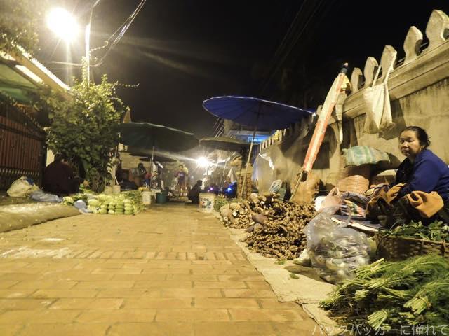 20170205090418 - 夜明け前から始まるルアンパバーンの早朝市場でちょっと一服
