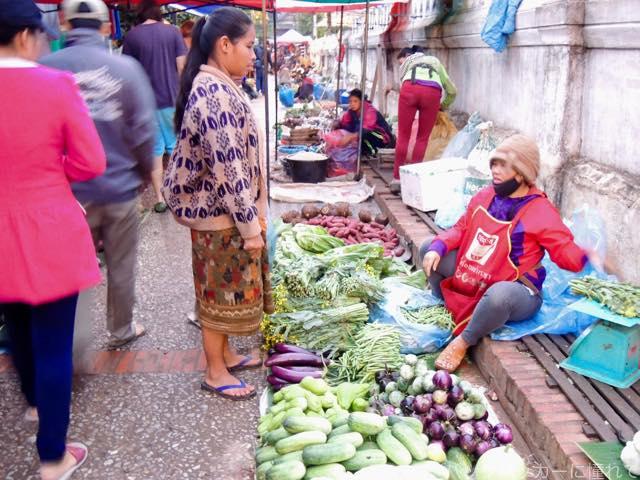 20170205090749 - 夜明け前から始まるルアンパバーンの早朝市場でちょっと一服