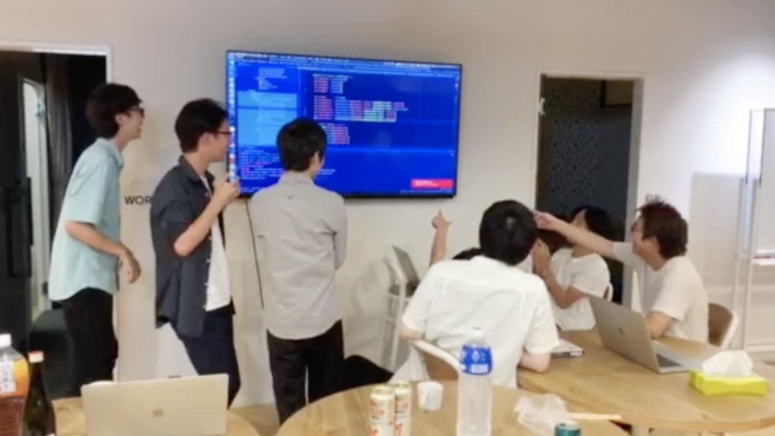 二次会でモブプログラミングが始まる様子