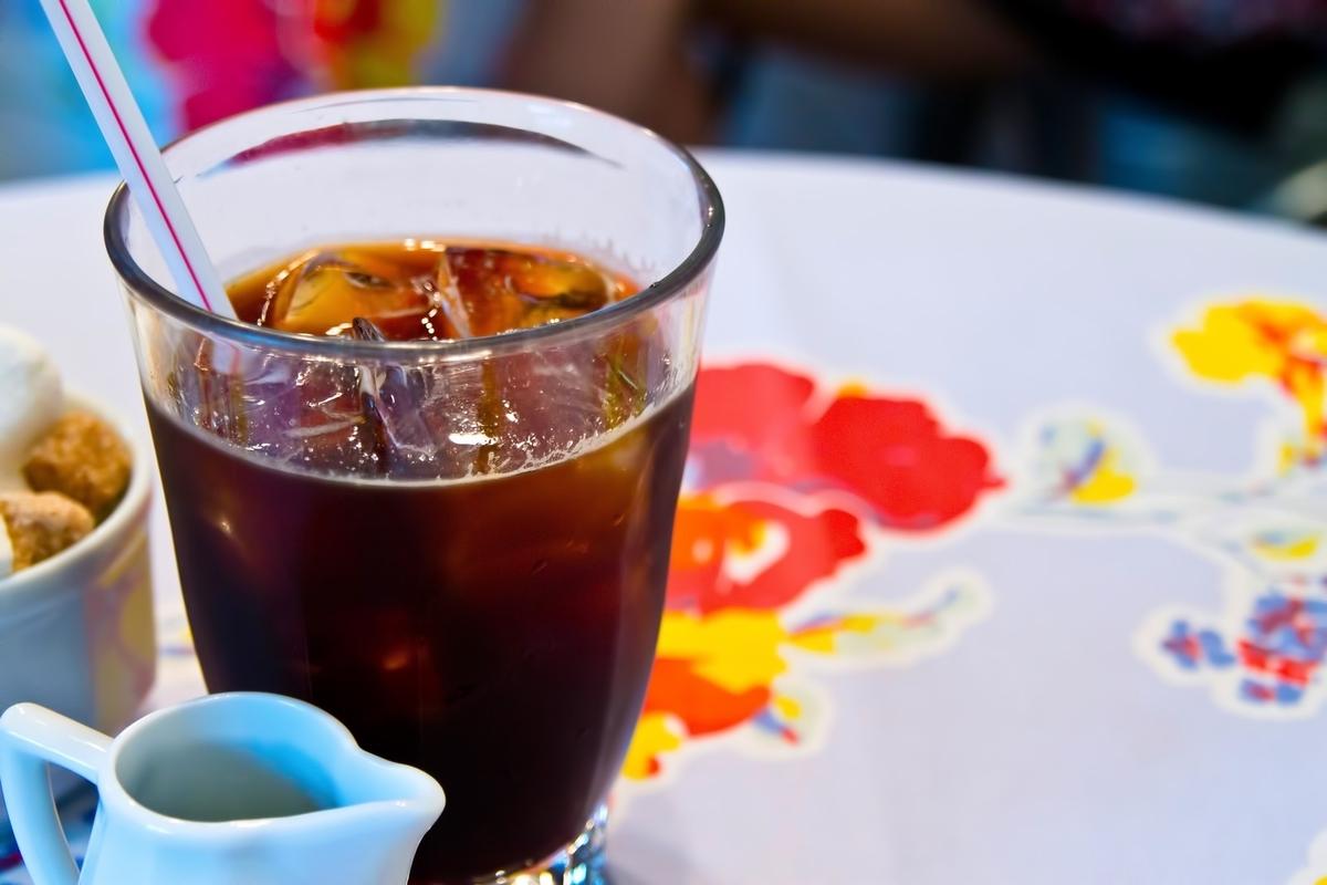 画像:アイスコーヒーとミルク  https://www.pakutaso.com/20110611170post-258.html